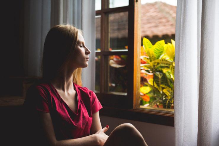 zdjęcie przedstawia kobietę relaksującą się - do artykułu Jak nie ulec panice