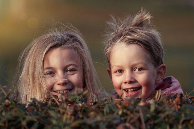 Zdjęcia ukazuje dwójkę uśmiechniętych dzieci - artykuł Wpływ śmiechu na zdrowie