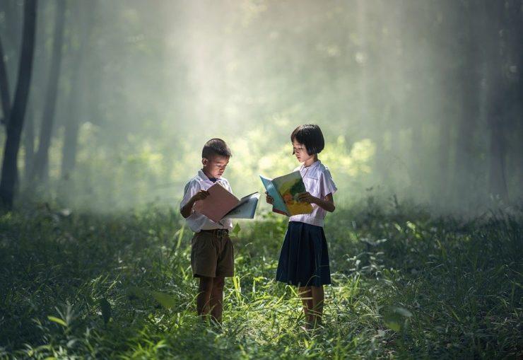 zdjęcie przedstawia dwoje czytających dzieci - temat artykułu zdolności