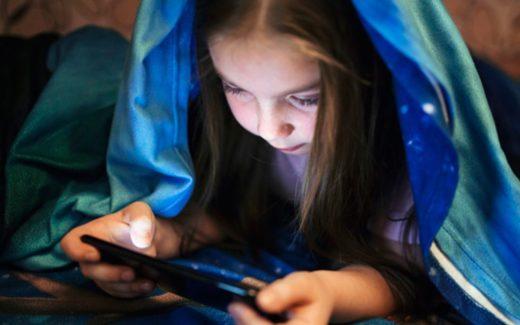bezpieczeństwo w internecie - dzieci nadużywnie telefonu